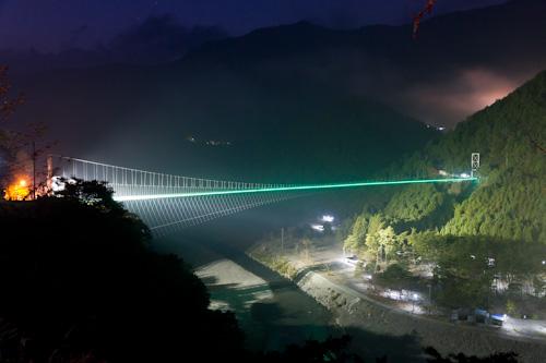 谷瀬のつり橋はライトアップ